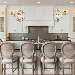 Ispirazione per una cucina stile marinaro con ante in stile shaker, ante bianche, paraspruzzi grigio, elettrodomestici in acciaio inossidabile, parquet chiaro, pavimento beige e top nero