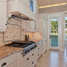 Beach Style Kitchen by Gelotte Hommas Architecture