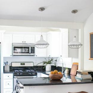 Inspiration för ett litet lantligt kök, med en undermonterad diskho, skåp i shakerstil, vita skåp, granitbänkskiva, svart stänkskydd, rostfria vitvaror, vinylgolv och en halv köksö