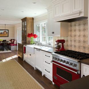 На фото: кухня в стиле кантри с фасадами с декоративным кантом, белыми фасадами, бежевым фартуком, фартуком из керамической плитки, цветной техникой и раковиной в стиле кантри без острова с