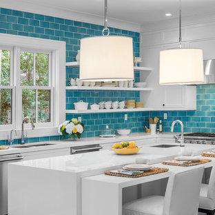 オレンジカウンティのビーチスタイルのおしゃれなキッチン (ダブルシンク、オープンシェルフ、白いキャビネット、青いキッチンパネル、サブウェイタイルのキッチンパネル、シルバーの調理設備) の写真