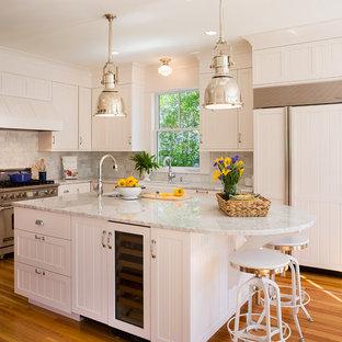 プロビデンスのヴィクトリアン調のおしゃれなL型キッチン (パネルと同色の調理設備、サブウェイタイルのキッチンパネル、エプロンフロントシンク) の写真