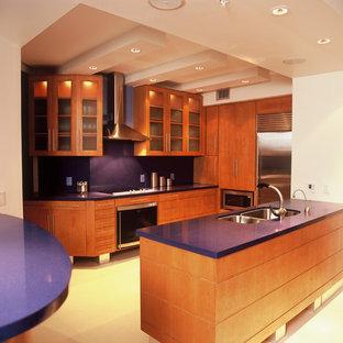 Esempio di una piccola cucina minimalista con lavello sottopiano, ante lisce, ante in legno scuro, top alla veneziana, paraspruzzi blu, elettrodomestici in acciaio inossidabile, pavimento in pietra calcarea, 2 o più isole e top blu