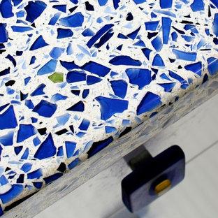 Foto de cocina comedor moderna con encimera de vidrio reciclado y salpicadero blanco