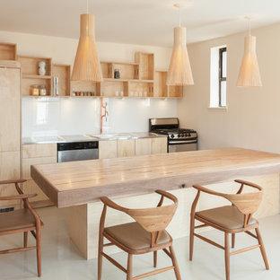 Idee per una piccola cucina contemporanea con lavello da incasso, nessun'anta, ante in legno chiaro, top in acciaio inossidabile, paraspruzzi bianco, paraspruzzi con lastra di vetro e pavimento con piastrelle in ceramica