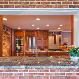 ボルチモアの大きいトラディショナルスタイルのおしゃれなキッチン (アンダーカウンターシンク、レイズドパネル扉のキャビネット、中間色木目調キャビネット、御影石カウンター、マルチカラーのキッチンパネル、シルバーの調理設備の、無垢フローリング) の写真
