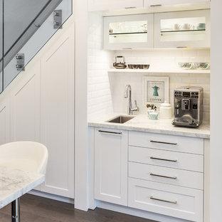 他の地域の小さいコンテンポラリースタイルのおしゃれなキッチン (アンダーカウンターシンク、シェーカースタイル扉のキャビネット、白いキャビネット、白いキッチンパネル、サブウェイタイルのキッチンパネル、大理石カウンター、シルバーの調理設備の、濃色無垢フローリング) の写真