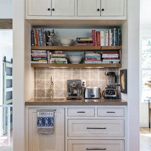 Ejemplo de cocina tradicional renovada con fregadero bajoencimera, puertas de armario con efecto envejecido, encimera de cemento, salpicadero multicolor, salpicadero de azulejos de cerámica y suelo de madera en tonos medios