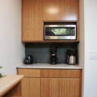 Idéer för att renovera ett litet funkis vit vitt kök, med en undermonterad diskho, släta luckor, skåp i mellenmörkt trä, bänkskiva i kvarts, grått stänkskydd, stänkskydd i keramik, rostfria vitvaror, tegelgolv och rött golv