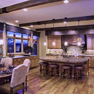Große Klassische Wohnküche in U-Form mit profilierten Schrankfronten, hellbraunen Holzschränken, Kupfer-Arbeitsplatte, bunter Rückwand, Rückwand aus Steinfliesen, Küchengeräten aus Edelstahl, dunklem Holzboden, Kücheninsel, braunem Boden und brauner Arbeitsplatte in Omaha