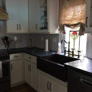 ウィルミントンのシャビーシック調のおしゃれなキッチン (シェーカースタイル扉のキャビネット、グレーのキャビネット) の写真