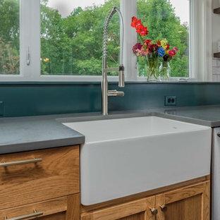ニューヨークの広いカントリー風おしゃれなキッチン (エプロンフロントシンク、シェーカースタイル扉のキャビネット、中間色木目調キャビネット、珪岩カウンター、白いキッチンパネル、大理石のキッチンパネル、シルバーの調理設備、無垢フローリング、茶色い床) の写真