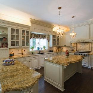 Offene Klassische Küche in U-Form mit Granit-Arbeitsplatte, Unterbauwaschbecken, profilierten Schrankfronten, beigen Schränken, Küchenrückwand in Beige, Rückwand aus Keramikfliesen, Küchengeräten aus Edelstahl, dunklem Holzboden und Kücheninsel in New York