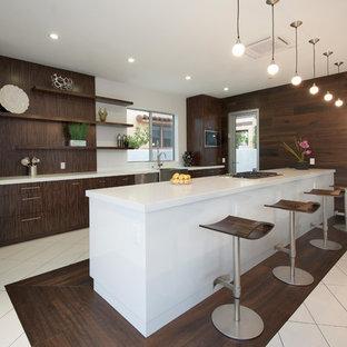 Idee per una grande cucina contemporanea con lavello stile country, ante lisce, ante in legno bruno, elettrodomestici in acciaio inossidabile, paraspruzzi marrone, pavimento in gres porcellanato e isola