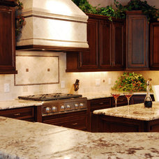 Traditional Kitchen by 2Serve Solutions