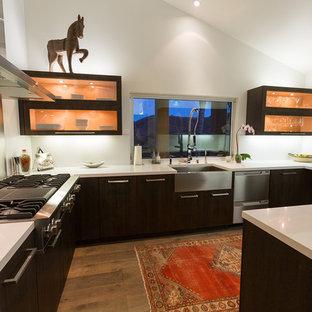 Удачное сочетание для дизайна помещения: п-образная кухня в современном стиле с раковиной в стиле кантри, плоскими фасадами, темными деревянными фасадами, фартуком цвета металлик, фартуком из металлической плитки и техникой из нержавеющей стали - самое интересное для вас