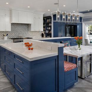 Große Landhausstil Küche in L-Form mit Landhausspüle, Schrankfronten im Shaker-Stil, weißen Schränken, Quarzwerkstein-Arbeitsplatte, bunter Rückwand, Küchengeräten aus Edelstahl, Porzellan-Bodenfliesen, Kücheninsel, grauem Boden und weißer Arbeitsplatte in San Francisco