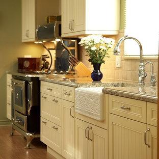Bild på ett avskilt, mellanstort vintage l-kök, med en rustik diskho, luckor med infälld panel, gula skåp, granitbänkskiva, beige stänkskydd, stänkskydd i terrakottakakel, färgglada vitvaror och laminatgolv