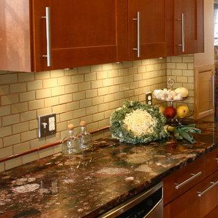 デトロイトの小さいエクレクティックスタイルのおしゃれなキッチン (シングルシンク、シェーカースタイル扉のキャビネット、中間色木目調キャビネット、御影石カウンター、緑のキッチンパネル、セラミックタイルのキッチンパネル、シルバーの調理設備の、コルクフローリング、茶色い床) の写真
