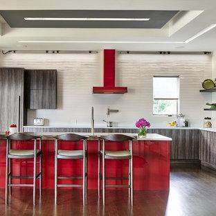 デンバーの大きいコンテンポラリースタイルのおしゃれなキッチン (フラットパネル扉のキャビネット、濃色木目調キャビネット、白いキッチンパネル、濃色無垢フローリング、茶色い床、白いキッチンカウンター) の写真
