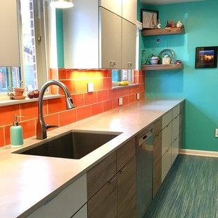 他の地域の小さいミッドセンチュリースタイルのおしゃれなキッチン (シングルシンク、フラットパネル扉のキャビネット、グレーのキャビネット、クオーツストーンカウンター、オレンジのキッチンパネル、セラミックタイルのキッチンパネル、シルバーの調理設備の、リノリウムの床、アイランドなし、ターコイズの床) の写真