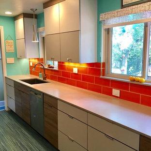 他の地域の小さいミッドセンチュリースタイルのおしゃれなキッチン (シングルシンク、フラットパネル扉のキャビネット、グレーのキャビネット、クオーツストーンカウンター、オレンジのキッチンパネル、セラミックタイルのキッチンパネル、シルバーの調理設備、リノリウムの床、アイランドなし、ターコイズの床) の写真
