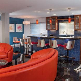 サンディエゴのコンテンポラリースタイルのおしゃれなLDK (フラットパネル扉のキャビネット、モザイクタイルのキッチンパネル、青いキッチンパネル、濃色木目調キャビネット、御影石カウンター、シルバーの調理設備の) の写真