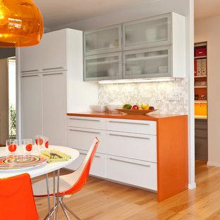Ispirazione per una cucina minimalista con top arancione