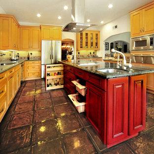 Idee per una cucina mediterranea con lavello sottopiano, ante con bugna sagomata, ante rosse, top in quarzite, paraspruzzi con piastrelle in ceramica, elettrodomestici in acciaio inossidabile, pavimento in terracotta e isola