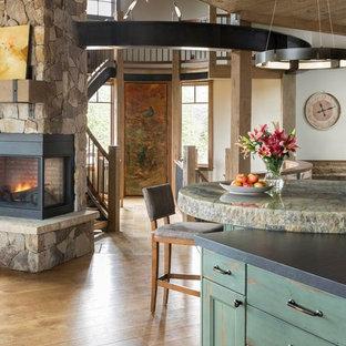 Стильный дизайн: большая угловая кухня-гостиная в стиле рустика с одинарной раковиной, фасадами с утопленной филенкой, зелеными фасадами, гранитной столешницей, зеленым фартуком, фартуком из керамической плитки, техникой под мебельный фасад, паркетным полом среднего тона, островом, коричневым полом, черной столешницей, деревянным потолком и правильным освещением - последний тренд
