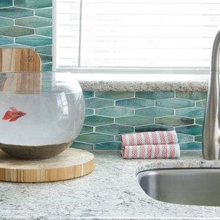 Idee per una piccola cucina stile marinaro con lavello sottopiano, ante in stile shaker, ante grigie, top in granito, paraspruzzi con lastra di vetro, elettrodomestici bianchi, pavimento in vinile, paraspruzzi verde, nessuna isola e pavimento marrone