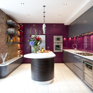 ロンドンのコンテンポラリースタイルのおしゃれなキッチン (アンダーカウンターシンク、フラットパネル扉のキャビネット、グレーのキャビネット、ガラス板のキッチンパネル、シルバーの調理設備の) の写真