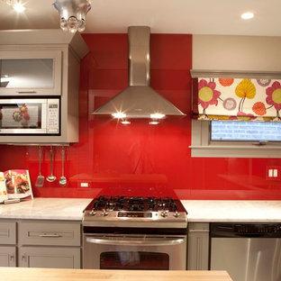 Moderne Wohnküche mit Küchenrückwand in Rot und Glasrückwand in Chicago