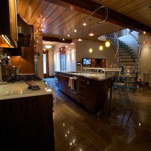 Новые идеи обустройства дома: маленькая угловая кухня в современном стиле с обеденным столом, врезной раковиной, плоскими фасадами, фасадами цвета дерева среднего тона, стеклянной столешницей, фартуком цвета металлик, фартуком из металлической плитки, техникой из нержавеющей стали, мраморным полом и двумя и более островами