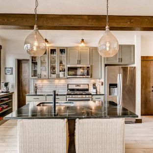 デンバーの小さいラスティックスタイルのおしゃれなキッチン (シングルシンク、シェーカースタイル扉のキャビネット、緑のキャビネット、ソープストーンカウンター、白いキッチンパネル、磁器タイルのキッチンパネル、シルバーの調理設備の、磁器タイルの床、白い床) の写真