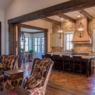 Idéer för ett mellanstort lantligt kök, med en undermonterad diskho, luckor med infälld panel, vita skåp, granitbänkskiva, klinkergolv i terrakotta, en köksö, brunt stänkskydd, stänkskydd i tegel och integrerade vitvaror