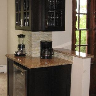 シンシナティの小さいコンテンポラリースタイルのおしゃれなキッチン (シングルシンク、シェーカースタイル扉のキャビネット、濃色木目調キャビネット、御影石カウンター、黄色いキッチンパネル、ガラスタイルのキッチンパネル、シルバーの調理設備、磁器タイルの床、アイランドなし) の写真