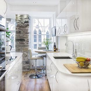 Стильный дизайн: маленькая параллельная кухня в современном стиле с обеденным столом и полуостровом - последний тренд