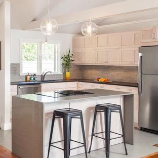 Offene, Kleine Moderne Küche in L-Form mit Unterbauwaschbecken, Schrankfronten im Shaker-Stil, grauen Schränken, Arbeitsplatte aus Recyclingglas, Küchenrückwand in Grau, Rückwand aus Stäbchenfliesen, Küchengeräten aus Edelstahl, Kücheninsel und Betonboden in Boston