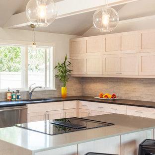 Offene, Mittelgroße Moderne Küche in L-Form mit Unterbauwaschbecken, Schrankfronten im Shaker-Stil, grauen Schränken, Arbeitsplatte aus Recyclingglas, Küchenrückwand in Grau, Rückwand aus Stäbchenfliesen, Küchengeräten aus Edelstahl und Kücheninsel in Boston