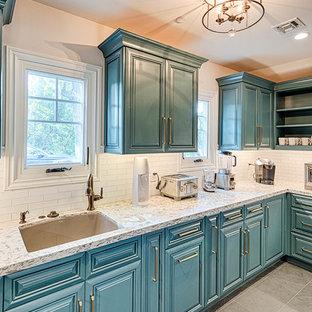 Inspiration för stora klassiska vitt kök, med en undermonterad diskho, luckor med profilerade fronter, blå skåp, bänkskiva i kvartsit, vitt stänkskydd, stänkskydd i tunnelbanekakel, rostfria vitvaror, skiffergolv och grått golv
