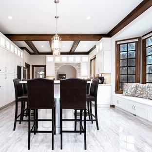 ワシントンD.C.の広いモダンスタイルのおしゃれなキッチン (エプロンフロントシンク、フラットパネル扉のキャビネット、白いキャビネット、クオーツストーンカウンター、ベージュキッチンパネル、トラバーチンのキッチンパネル、シルバーの調理設備、磁器タイルの床、ベージュの床、白いキッチンカウンター) の写真