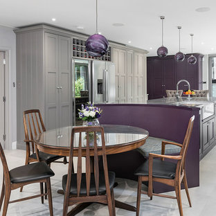 Esempio di un'ampia cucina tradizionale con lavello stile country, ante in stile shaker, ante viola, top in granito, elettrodomestici in acciaio inossidabile, pavimento con piastrelle in ceramica, isola, pavimento grigio e top grigio