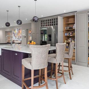 Inspiration för mycket stora moderna flerfärgat kök, med en rustik diskho, skåp i shakerstil, lila skåp, granitbänkskiva, beige stänkskydd, glaspanel som stänkskydd, rostfria vitvaror, klinkergolv i keramik, en köksö och grått golv