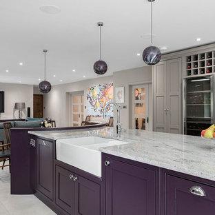 Idee per un'ampia cucina minimal con lavello stile country, ante in stile shaker, ante viola, top in granito, paraspruzzi beige, paraspruzzi con lastra di vetro, elettrodomestici in acciaio inossidabile, pavimento con piastrelle in ceramica, isola, pavimento grigio e top multicolore