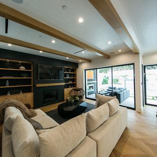 ロサンゼルスの中サイズのインダストリアルスタイルのおしゃれなキッチン (ダブルシンク、ガラス扉のキャビネット、白いキャビネット、クオーツストーンカウンター、ベージュキッチンパネル、シルバーの調理設備の、淡色無垢フローリング、茶色い床、ベージュのキッチンカウンター) の写真