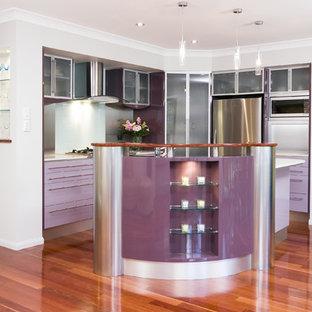 Moderne Küche mit Glasfronten und Küchengeräten aus Edelstahl in Brisbane