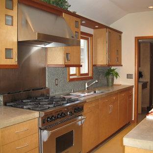 サンフランシスコの中サイズのアジアンスタイルのおしゃれなキッチン (ドロップインシンク、フラットパネル扉のキャビネット、淡色木目調キャビネット、コンクリートカウンター、グレーのキッチンパネル、セメントタイルのキッチンパネル、シルバーの調理設備の、コンクリートの床、アイランドなし) の写真