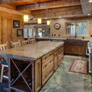 Geräumige, Offene, Zweizeilige Rustikale Küche mit Unterbauwaschbecken, Betonarbeitsplatte, bunter Rückwand, Kücheninsel und bunter Arbeitsplatte in Sonstige