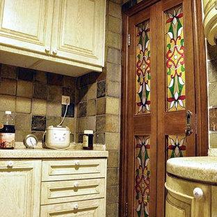小さいエクレクティックスタイルのおしゃれなキッチン (ダブルシンク、レイズドパネル扉のキャビネット、淡色木目調キャビネット、クオーツストーンカウンター、マルチカラーのキッチンパネル、セラミックタイルのキッチンパネル、シルバーの調理設備の、セラミックタイルの床、アイランドなし、マルチカラーの床、白いキッチンカウンター) の写真